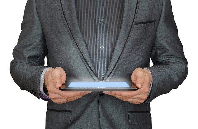 podnikatel a tabletový počítač