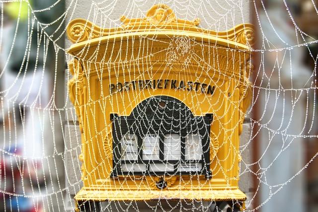 poštovní schránka a pavučina