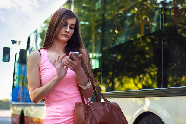 bruneta u autobusu