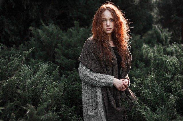 žena oblečená v módním svetru